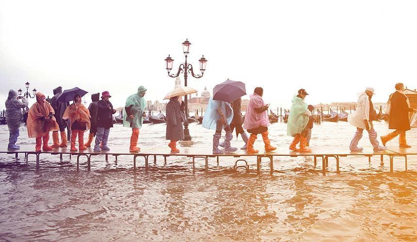 Туристы в Венеции спасаются от потопа-Новости туризма в России и мире